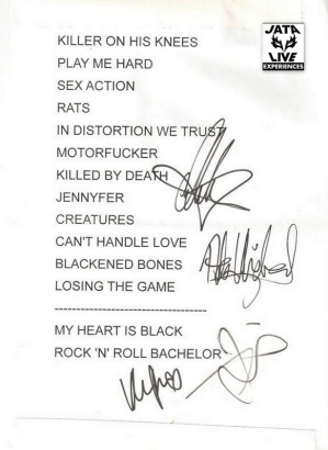 La set list de Tarbes signée par les girls.