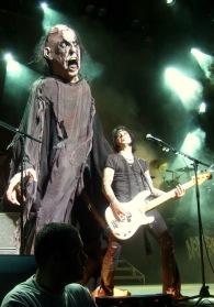La creature surgit derrière Chuck. (c) Pierrot.