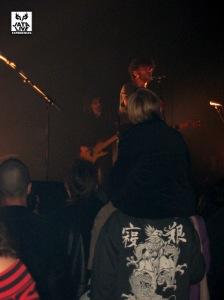 Jimmy sur mes épaules devant le groupe.